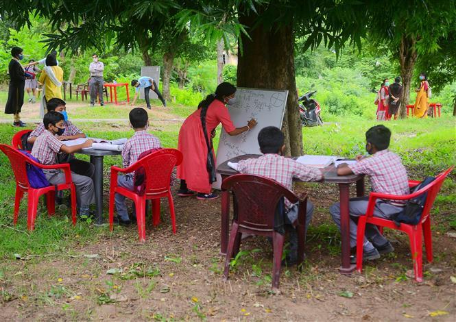 Một lớp học ngoài trời phòng lây nhiễm COVID-19 tại Agartala, Ấn Độ, ngày 20-8-2020. Ảnh: THX/ TTXVN