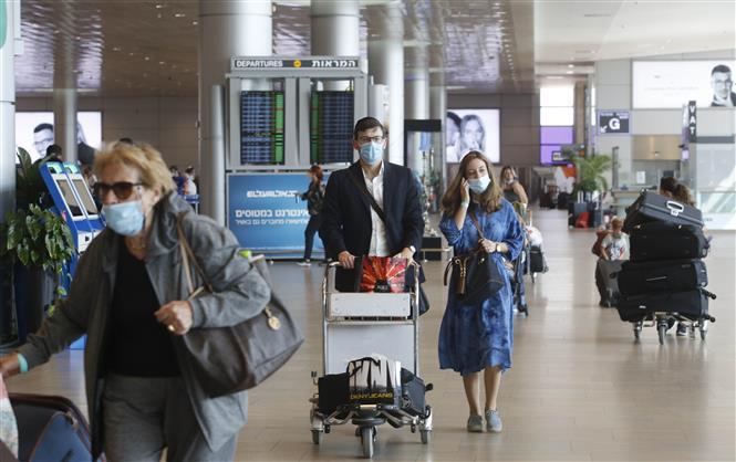 Hành khách đeo khẩu trang phòng dịch COVID-19 tại sân bay quốc tế Ben Gurion ở thành phố Tel Aviv, Israel ngày 17-9-2020. Ảnh: THX/TTXVN