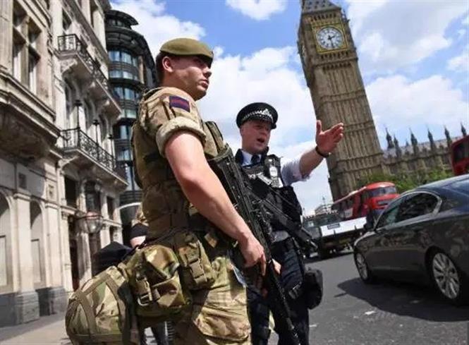 Lực lượng vũ trang được triển khai nhằm thực thi lệnh phong tỏa nhằm ngăn dịch COVID-19 lây lan. Ảnh: AFP/TTXVN