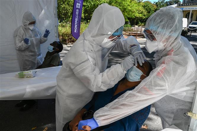 Nhân viên y tế lấy mẫu dịch xét nghiệm COVID-19 cho người dân tại Montpellier, Pháp, ngày 3-9-2020. Ảnh: AFP/ TTXVN