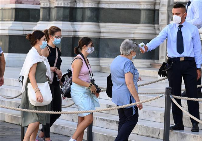 Kiểm tra thân nhiệt nhằm phòng ngừa dịch COVID-19 tại Florence, Italy, ngày 4-9-2020. Ảnh: THX/TTXVN