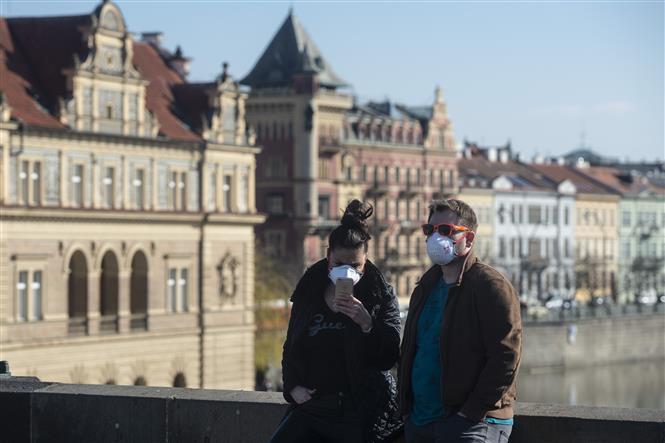 Người dân đeo khẩu trang phòng dịch COVID-19 tại Praha, CH Séc ngày 18-3-2020. Ảnh: AFP/TTXVN
