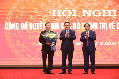 Bí thư Thành ủy Hà Nội Vương Đình Huệ chúc mừng ông Chu Ngọc Anh - Ảnh: VGP/Đoàn Bắc