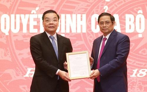 Trưởng Ban Tổ chức Trung ương Phạm Minh Chính trao quyết định của Bộ Chính trị cho đồng chí Chu Ngọc Anh. Ảnh: VGP/Đoàn Bắc