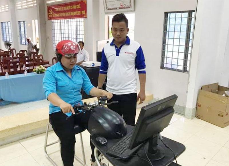 Honda Cẩm Giang Mỏ Cày Bắc hướng dẫn thực hành lái xe trên máy tính. Ảnh Nguyễn Hiệp