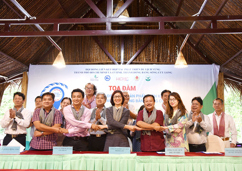 Đại diện các doanh nghiệp du lịch, lữ hành ký kết hợp tác.