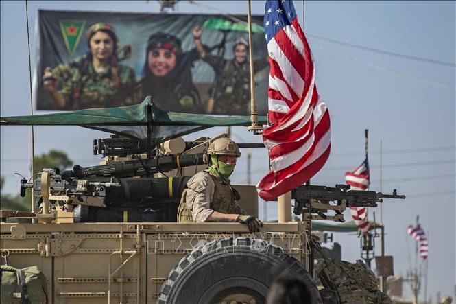 Xe quân sự Mỹ tuần tra tại thị trấn Qahtaniyah, miền Đông Bắc Syria. Ảnh: AFP/TTXVN