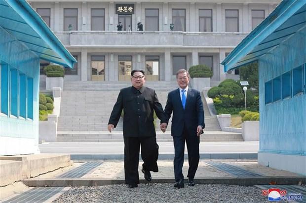 Tổng thống Hàn Quốc Moon Jae-in (phải) và nhà lãnh đạo Triều Tiên Kim Jong-un tại Hội nghị thượng đỉnh ở làng đình chiến Panmunjom ngày 29-4-2018. (Ảnh: AFP/TTXVN)