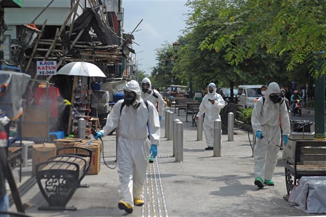 Phun thuốc khử trùng nhằm ngăn chặn sự lây lan của dịch COVID-19 tại Yogyakarta, Indonesia ngày 10-9-2020. Ảnh: THX/TTXVN