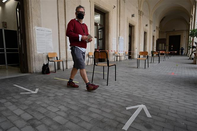 Cử tri sau khi bỏ phiếu tại một điểm bầu cử ở Rome, Italy, ngày 20-9-2020. Ảnh: AFP/ TTXVN