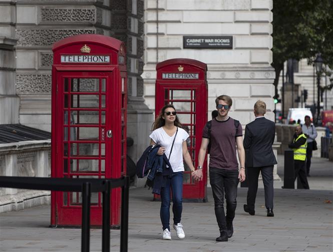 Người dân di chuyển trên đường phố tại London, Anh, ngày 8-9-2020. Ảnh: THX/ TTXVN