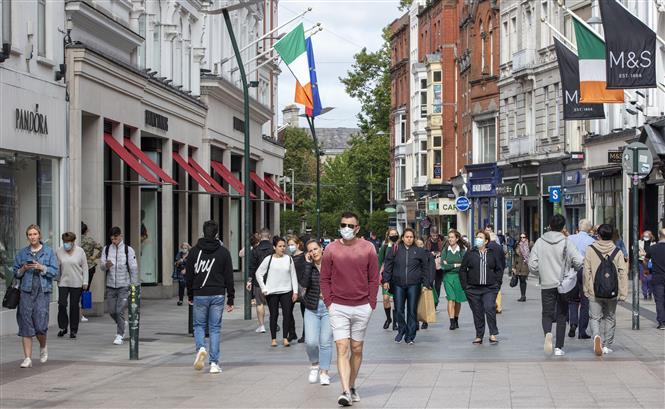 Người dân đeo khẩu trang phòng lây nhiễm COVID-19 tại Dublin, Ireland ngày 18-9-2020. Ảnh: AFP/TTXVN