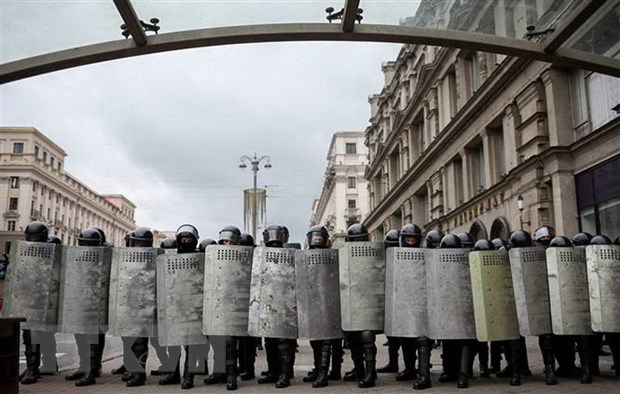 Cảnh sát Belarus được triển khai nhằm ngăn chặn người biểu tình quá khích tại thủ đô Minsk ngày 6-9-2020. Ảnh: AFP/TTXVN