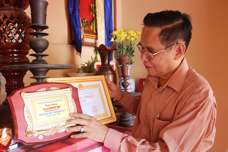 Ông Đoàn Hoàng Hải tự hào truyền thống học tập của dòng họ Đoàn ở xã Tân Hưng, huyện Ba Tri. Ảnh: Phan Hân