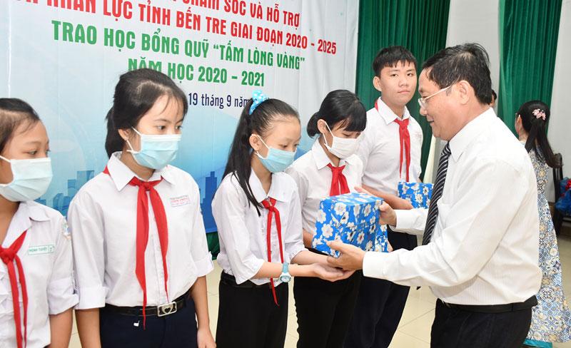 Chủ tịch Ủy ban MTTQ Việt Nam tỉnh Đoàn Văn Đảnh trao học bổng cho học sinh nghèo có hoàn cảnh khó khăn.