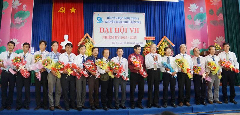 Lãnh đạo tỉnh tặng hoa cho Ban chấp hành mới.