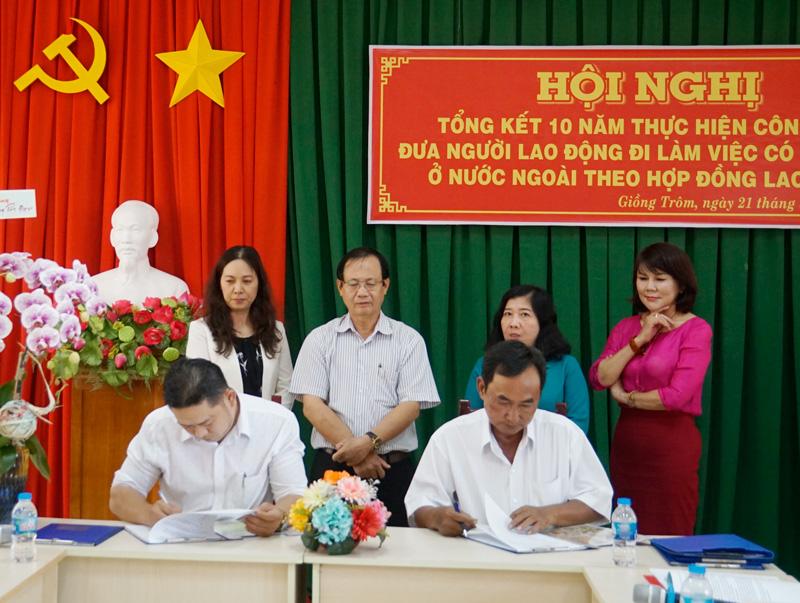 Lãnh đạo huyện chứng kiến phần ký kết bản ghi nhớ.