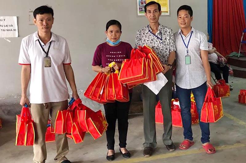 Công đoàn tặng bánh trung thu cho công đoàn viên.