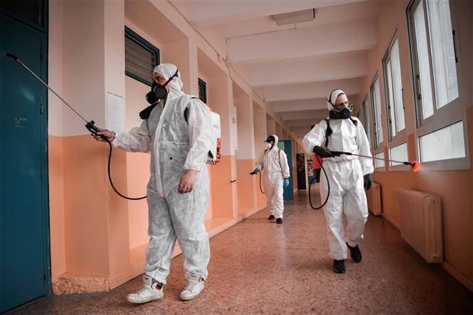 Phun thuốc khử trùng nhằm ngăn chặn sự lây lan của dịch COVID-19 tại Athens, Hy Lạp ngày 31-5-2020. Ảnh: AFP/TTXVN