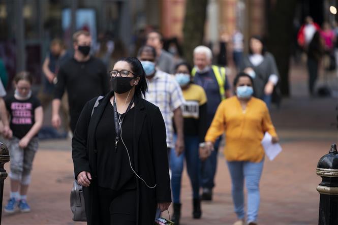 Người dân đeo khẩu trang phòng dịch COVID-19 tại Birmingham, Anh ngày 24-8-2020. Ảnh: TXH/TTXVN