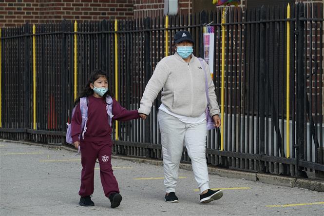 Học sinh tới trường học tại New York, Mỹ, ngày 21-9-2020. Ảnh: AFP/ TTXVN