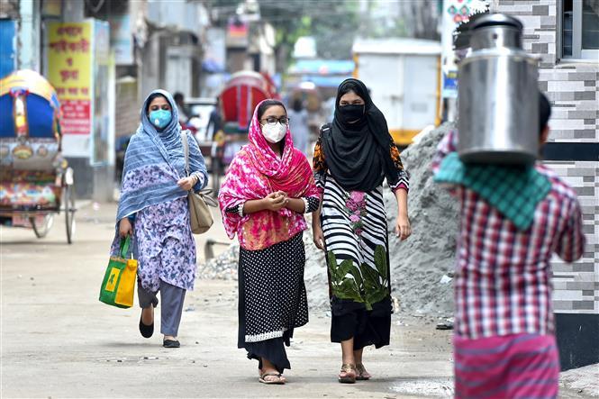 Người dân đeo khẩu trang phòng lây nhiễm COVID-19 tại Dhaka, Bangladesh, ngày 21-9-2020. Ảnh: THX/ TTXVN
