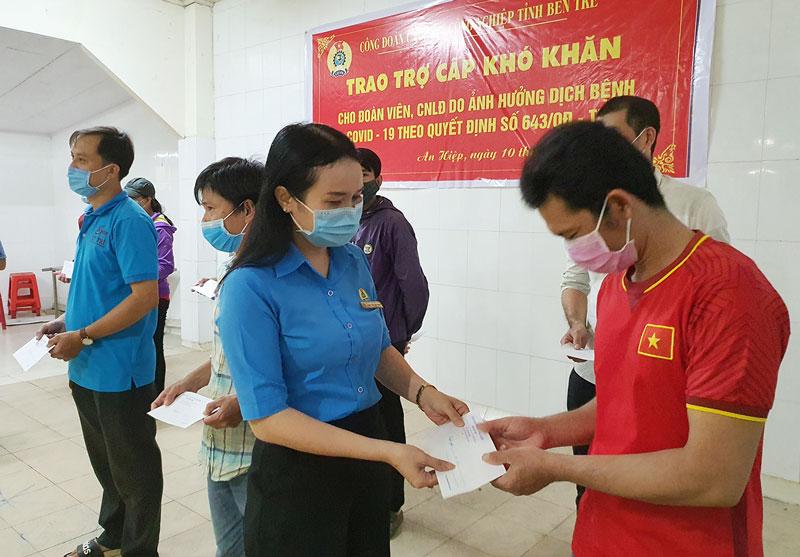 Bà Phan Trần Mai Trinh - Chủ tịch Công đoàn Các khu công nghiệp tỉnh trao trợ cấp khó khăn cho công nhân lao động Công ty cổ phần thủy sản Hải Hương.