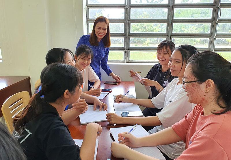 Sinh viên Phân hiệu Đại học Quốc gia thảo luận nhóm. Ảnh: T. Đồng