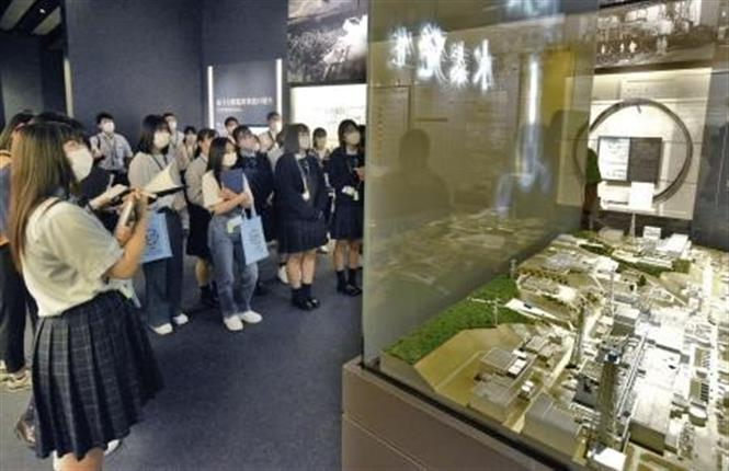 Người dân thăm quan bảo tàng về nhà máy điện hạt nhân Fukushima ở thị trấn Futaba ngày 20-9-2020. Ảnh: Kyodo/TTXVN