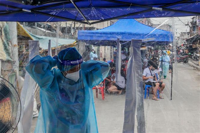 Nhân viên y tế làm việc tại điểm xét nghiệm COVID-19 tại Manila, Philippines, ngày 28-7-2020. Ảnh: THX/ TTXVN