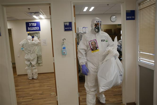 Nhân viên y tế làm việc tại khu cách ly điều trị cho bệnh nhân mắc COVID-19 của một bệnh viện ở thành phố Tel Aviv, Israel ngày 3-9-2020. Ảnh: THX/TTXVN