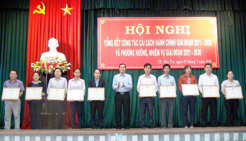 Phó chủ tịch UBND TP. Bến Tre Nguyễn Văn Thương tặng giấy khen cho các cá nhân có thành tích xuất sắc trong công tác CCHC giai đoạn 2011 - 2020.