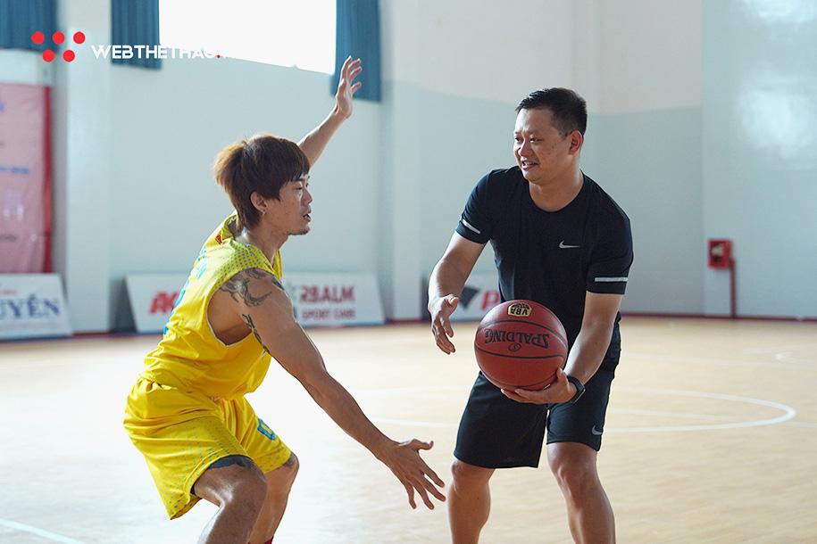Ông Hứa Phong Hảo tham gia buổi tập cùng các cầu thủ