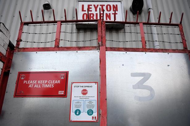 Leyton Orient có đến 18 người dương tính với COVID-19