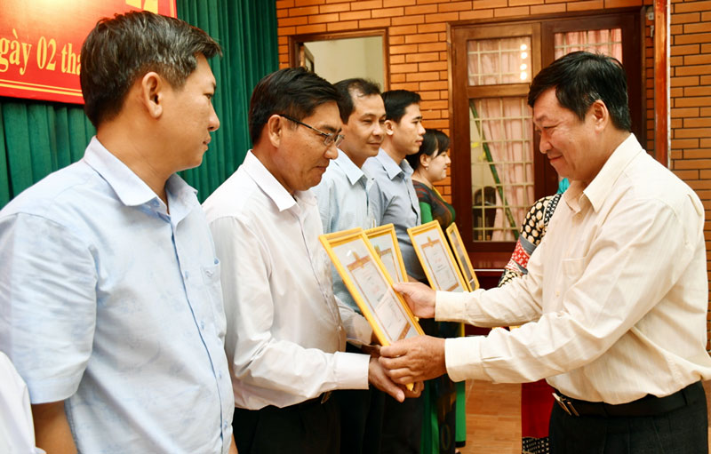 Phó bí thư Thường trực Thành ủy TP. Bến Tre Võ Thanh Hồng trao giấy khen cho các cá nhân tiêu biểu trong phong trào thi đua học tập và làm theo gương Bác.