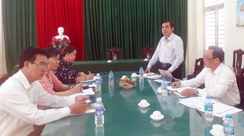 Trưởng ban Dân vận Tỉnh ủy Bùi Văn Bia phát biểu trong buổi kiểm tra tại Mỏ Cày Bắc.