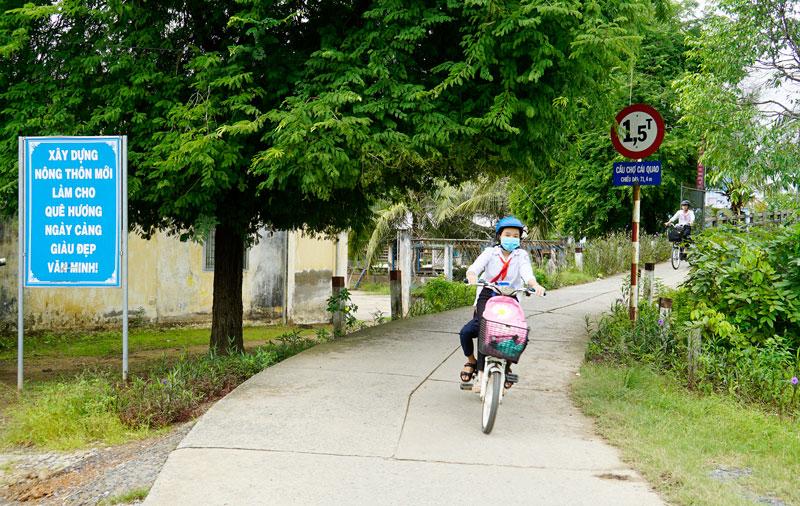 Đường ấp Phú Đông 2 (xã An Định, huyện Mỏ Cày Nam).