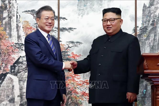 Tổng thống Hàn Quốc Moon Jae-in (trái) và nhà lãnh đạo Triều Tiên Kim Jong-un (phải) tại cuộc gặp ở Bình Nhưỡng ngày 19-9-2018. Ảnh: AFP/TTXVN