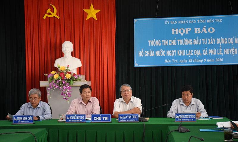 Đại diện lãnh đạo tỉnh chủ trì buổi họp báo.
