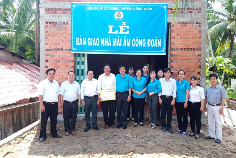 Các cấp lãnh đạo chụp ảnh lưu niệm cùng với gia đình anh Phạm Văn Bút.