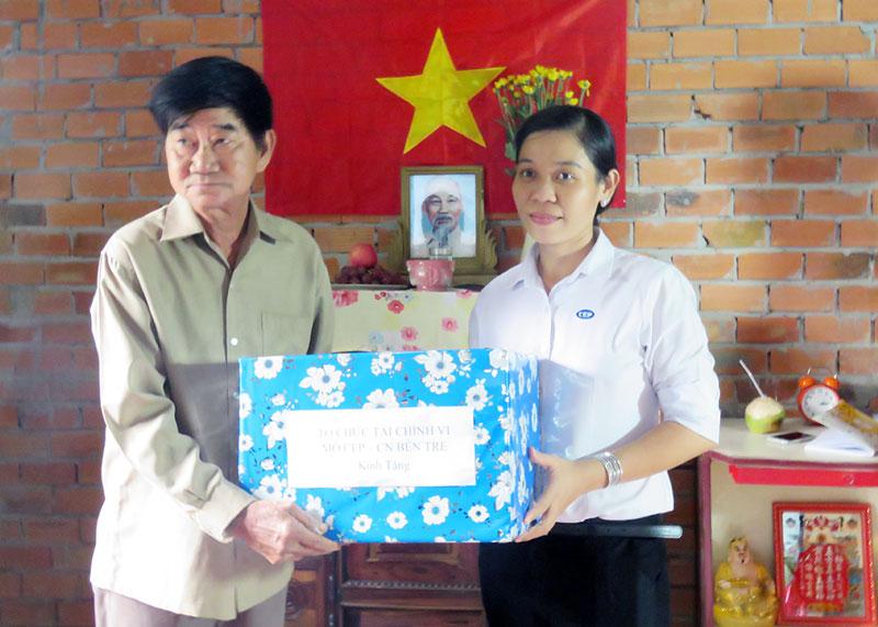 Bà Nguyễn Thị Thủy - Giám đốc Chi nhánh CEP Bến Tre trao tặng quà cho ông Phan Văn Dự.