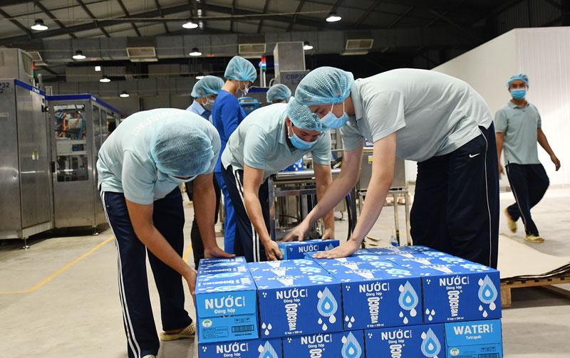 Sản xuất các sản phẩm từ dừa tại Công ty TNHH Chế biến dừa Lương Quới. Ảnh: Thu Huyền