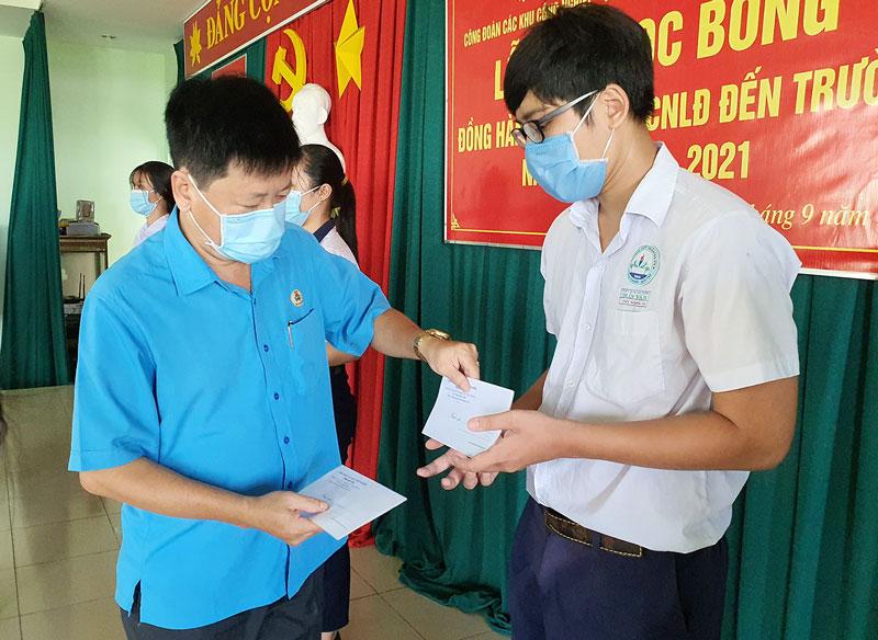 Chủ tịch Liên đoàn Lao động tỉnh Phan Song Toàn trao học bổng cho học sinh, sinh viên là con công nhân lao động.