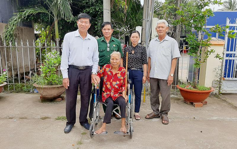 Trao tặng xe lăn cho bà Bùi Thị Quẹo. Ảnh: Văn Minh