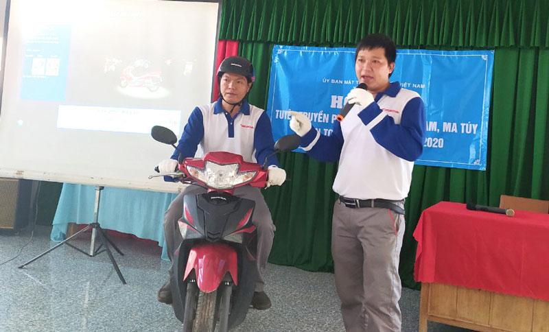 Đại diện công ty TNHH Honda Huỳnh Thành hướng dẫn lái xe an toàn. Ảnh: Sơn Tùng