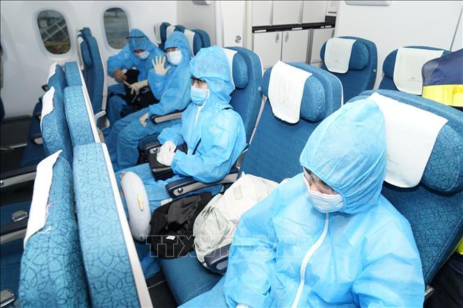 Người nhập cảnh thực hiện nghiêm quy định về phòng dịch COVID-19. Ảnh: TTXVN