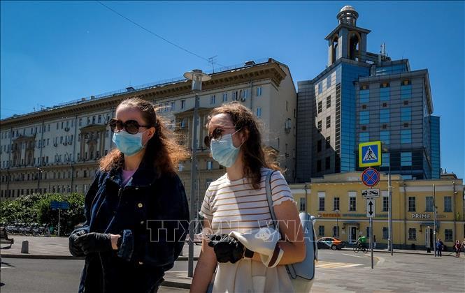 Người dân đeo khẩu trang phòng dịch COVID-19 tại Moskva, Nga ngày 22-6-2020. Ảnh: AFP/TTXVN