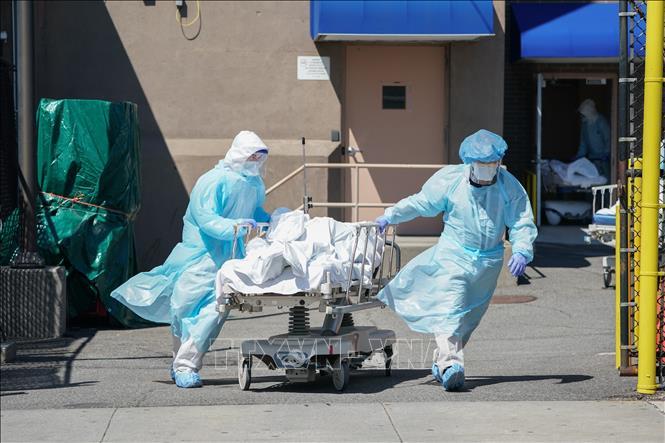 Chuyển bệnh nhân tử vong do COVID-19 tới nhà xác tại bệnh viện ở Brooklyn, New York, Mỹ. Ảnh: AFP/TTXVN
