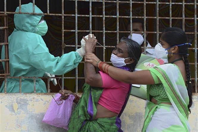Nhân viên y tế lấy mẫu xét nghiệm COVID-19 tại Hyderabad, Ấn Độ, ngày 23-9-2020. Ảnh: AFP/TTXVN