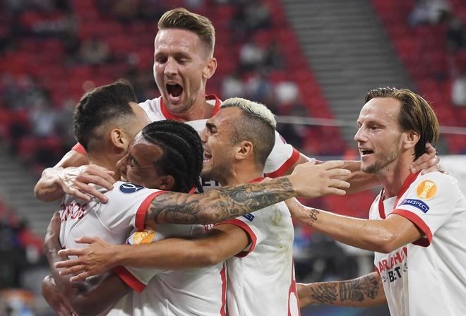 Bàn thắng đến với Sevilla ở ngay đợt lên bóng đầu tiên. Ảnh: Reuters.